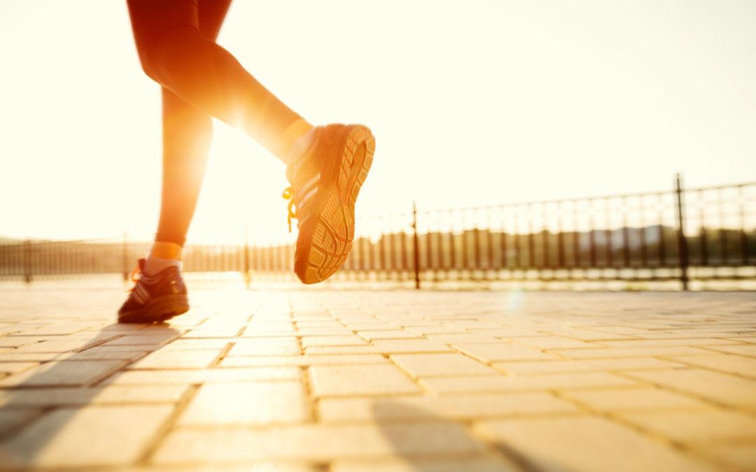 Hoch von der Couch für mehr Bewegung im Alltag: Sport trotz(t) Homeoffice